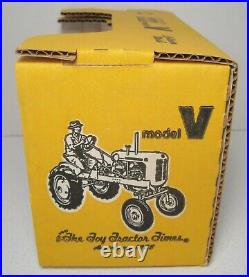 New MINNEAPOLIS MOLINE MODEL V 1/16 DieCast Tractor Pioneer Collectibles 1988